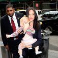 Jennifer Connelly e a filha caçula não conseguiram fugir dos flashes dos fotógrafos em Nova York, onde a família mora