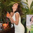 Na manhã de quarta-feira (4), Isis Valverde lançou sua coleção de esmaltes e perfumes durante um coquetel em São Paulo. Na ocasião a atriz usou um vestido branco justinho que evidenciou sua boa forma