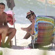 Paulo Vilhena curte praia com o amigo Eri Johnson, no RJ