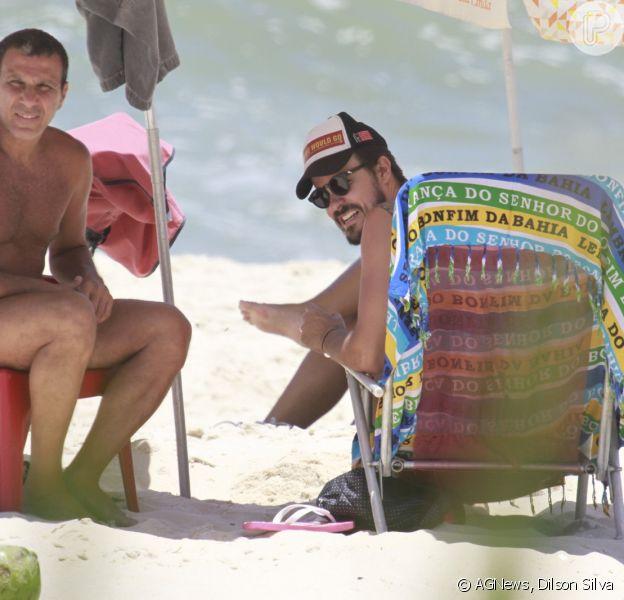 Paulo Vilhena curtiu a praia do Recreio dos Bandeirantes, no Rio de Janeiro, nesta quinta-feira, 5 de dezembro de 2013, com o amigo Eri Johnson