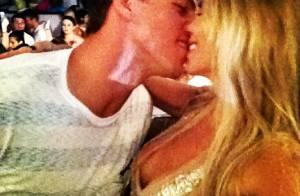 Danielle Winits beija o namorado, Amaury Nunes, em festa de Ano Novo no Rio