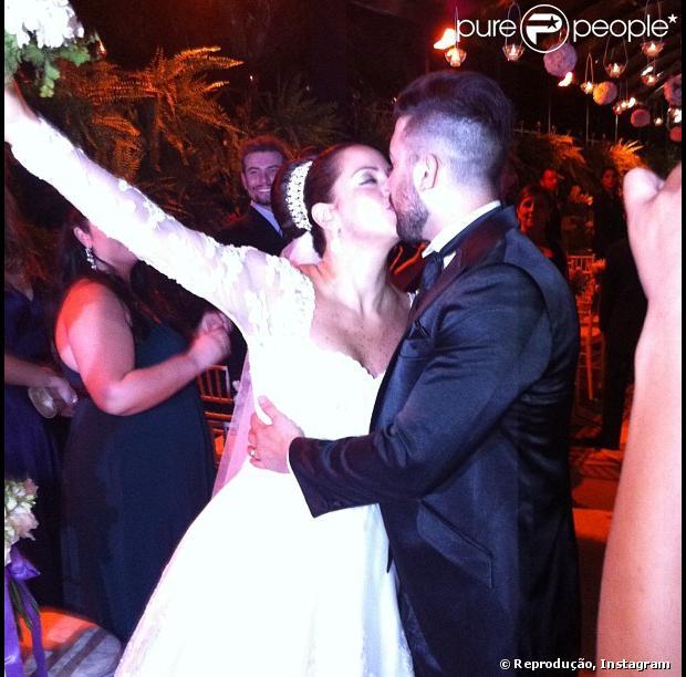 O beijo dos noivos! Silvia Abravanel, filha de Silvio Santos, se casa com o cantor Kleyton, da dupla Téo & Edu, em 6 de dezembro de 2013