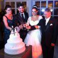Silvia Abravanel e o cantor Kleyton, da dupla Téo & Edu, posam com familiares para o brinde após a cerimônia de casamento, em 6 de dezembro de 2013