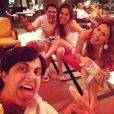Thammy Miranda faz careta na foto com os amigos