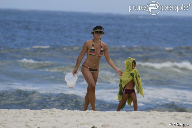 Juliana Knust exibe o corpo em forma ao lado do filho, Matheus, de 3 anos, na praia da Barra da Tijuca, Zona Oeste do Rio de Janeiro, neste sábado, 14 de dezembro de 2013