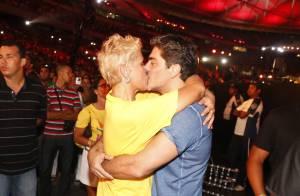 Xuxa troca beijos com Junno Andrade em show de gravação do DVD de Ivete Sangalo