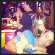 Depois do escândalo com o noivo, Nick Loeb, na festa de Réveillon, Sofia Vergara aparece cheia de carinhos com ele em um restaurante dos Estados Unidos, em 2 de janeiro de 2013