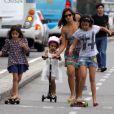 Paula Morais se diverte com as filhas de Ronaldo, Maria Sophia, de 4 anos, e Maria Alice, de 3, na orla do Leblon, Zona Sul do Rio de Janeiro, nesta terça-feira, 17 de dezembro de 2013