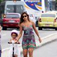 Paula Morais levou para passear de patinete e de skate, na orla do Leblon, Zona Sul do Rio de Janeiro, nesta terça-feira, 17 de dezembro de 2013, as filhas de Ronaldo, Maria Sophia, de 4 anos, e Maria Alice, de 3