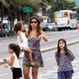 A DJ Paula Morais, noiva de Ronaldo, levou as filhas do ex-jogador, Maria Sophia, de 4 anos, e Maria Alice, de 3, para curtir um passeio de patinete e as amiguinhas, de skate, na orla do Leblon, Zona Sul do Rio de Janeiro, nesta terça-feira, 17 de dezembro de 2013