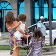 As filhas de Ronaldo, Maria Sophia, de 4 anos, e Maria Alice, de 3, passaram a tarde desta terça-feira, 17 de dezembro de 2013, ao lado de sua madrasta, Paula Morais, em um passeio pela orla do Leblon, Zona Sul do Rio de Janeiro
