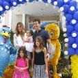 Acompanhado das outras filhas, Clara, de 8 anos, e Maria, de 5, Rodrigo Faro recebeu amigos e familiares para a celebração que tinha como tema a personagem Galinha Pintadinha, em 19 de dezembro de 2013
