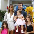 Rodrigo Faro e a mulher, Vera Viel, comemoraram o aniversário de 1 ano da filha caçula, Helena, na tarde desta quinta-feira, 19 de dezembro de 2013, em uma casa de festas no bairro de Moema, em São Paulo