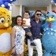 O cantor Maurício Manieri posa com a sua família na entrada da festa de aniversário de 1 ano de Helena, filha caçula de Rodrigo Faro, nesta quinta-feira, 19 de dezembro de 2013, em São Paulo