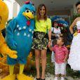 Wanessa posa com o filho, José Marcus, na festa de 1 ano de Helena, filha de Rodrigo Faro e Vera Viel, em 19 de dezembro de 2013