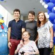Rodrigo Faro posa com seus familiares, em São Paulo, nesta quinta-feira, 19 de dezembro de 2013