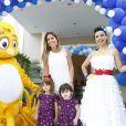 A jornalista Patrícia Maldonado também marcou presença com as filhas, em 19 de dezembro de 2013