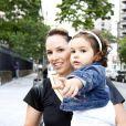 Mariana Belém levou a filha, Laura, para curtir a festa de 1 aninho de Helena, filha de Rodrigo Faro, em São Paulo, nesta quinta-feira, 19 de dezembro de 2013