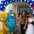 Elaine Mickely, esposa do apresentador César Filho, também prestigiou a festa de 1 ano de Helena, acompanhada da filha, em São Paulo, em 19 de dezembro de 2013
