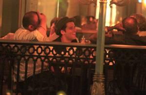 Bruno Gagliasso vai a jantar sem Giovanna Ewbank e se diverte com amigos