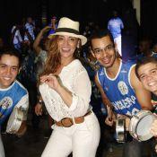 Com blusa transparente, Suzana Pires samba e se diverte na quadra da Vila Isabel