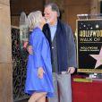 Helen Mirren beija o marido, Taylor Hackford, na inauguração de sua estrela na Calçada da Fama de Hollywood, em Los Angeles, Estados Unidos, em 3 de janeiro de 2013