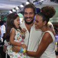 Sheron Menezzes passou a virada com o noivo Saulo Bernard e a sobrinha Manuela