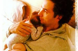 Marco Luque, do 'CQC', posa com Mel, sua filha recém-nascida