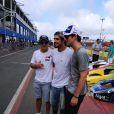Caio Castro posa com fãs no Kart dos Artistas, no Beto Carrero World, em Santa Catarina