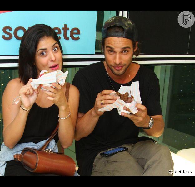 Pablo Morais e a namorada, Letícia Almeida, provam doces em evento no Botafogo Praia Shopping, Zona Sul do Rio, neste domingo, 11 de dezembro de 2016