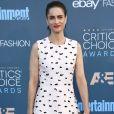 A atriz Amanda Peet usou um vestido tubinho branco com detalhes em plumas no Critics Choice Awards, em  Los Angeles, Estados Unidos,  realizado neste domingo, 11 de dezembro de 2016