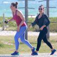 Adepta dos exercícios físicos, Claudia foi clicada caminhando na orla da Barra da Tijuca, no Rio, com a atriz Fernanda Souza