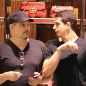 Edson Celulari exibe cabelo maior em passeio com o filho, Enzo, em shopping
