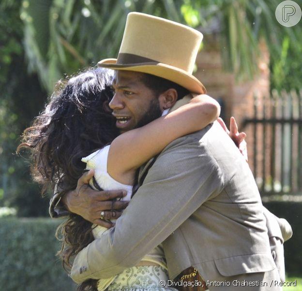 Kamau (Marcelo Batista) revela a Juliana (Gabriela Moreyra) que não é seu pai, mas que amou muito sua mãe e eles se abraçam, no capítulo que vai ao ar na quinta-feira, dia 22 de dezembro de 2016, na novela 'Escrava Mãe'