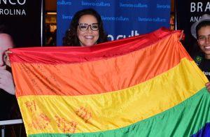 Ana Carolina lança livro em SP com bandeira LGBT e 'bênção' a casal gay. Fotos!