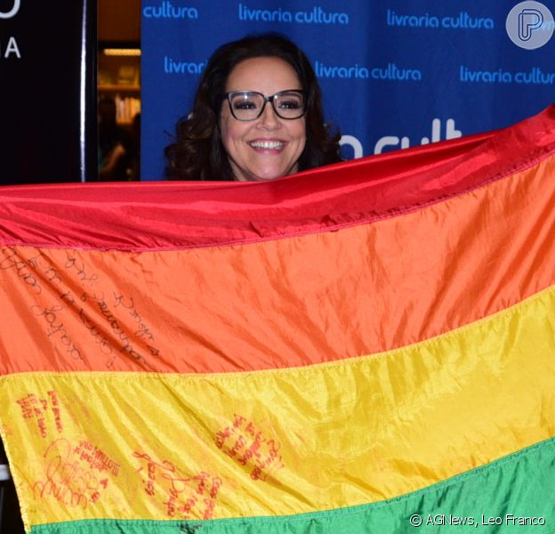 Ana Carolina posa para as fotos com bandeira LGBT em noite de autógrafos de seu livro, nesta sexta-feira, 16 de dezembro de 2016