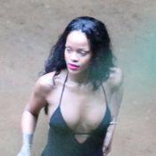 Rihanna se refresca em cachoeira com maiô fio-dental em dia de folga, no Rio
