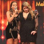 Marília Mendonça canta descalça no 'Faustão' ao 'dividir' prêmio com Anitta