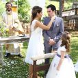 Dulce Maria (Lorena Queroz) leva as alianças ao altar do casamento de Ricardo ( Rodolfo Valente ) e Beatriz ( Ana Vitória Bastos ), na novela 'Carinha de Anjo'