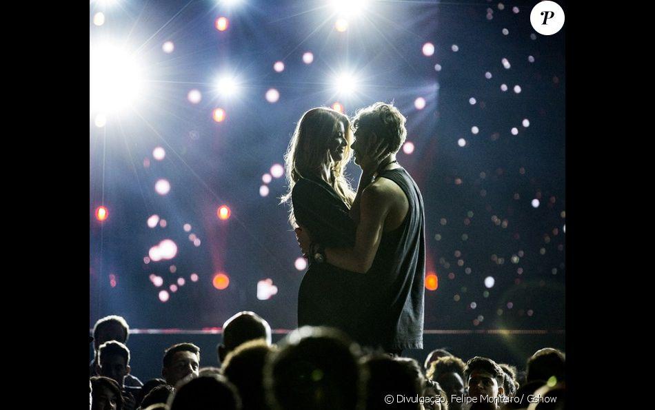 Léo Régis (Rafael Vitti) pede Diana (Alinne Moraes) em casamento no palco, diante de suas fãs, na novela 'Rock Story', em 30 de dezembro de 2016
