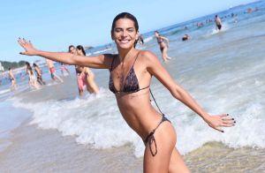 De biquíni, Mariana Goldfarb grava clipe e cantora elogia: 'É carioca perfeita'