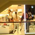 Sasha Meneghel entra em loja de sapatos durante tarde de compras no Rio