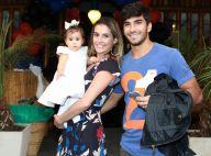 Deborah Secco brinca de passar batom na filha, Maria Flor: 'Não aguento'
