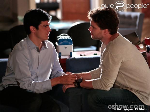 Félix (Mateus Solano) desabafa com Niko (Thiago Fragoso)  e diz que está pensando em ir embora de São Paulo, em 'Amor à Vida', em 21 de janeiro de 2014