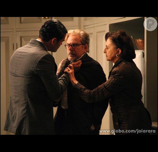 Gertrude (Ana Lúcia Torre) impede que Venceslau (Reginaldo Faria) coma uma refeição envenenada por Manfred (Carmo Dalla Vecchia), em 'Joia Rara', em 27 de janeiro de 2014