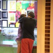 Humberto Carrão troca beijos com a namorada, Chandelly Braz, em lanchonete