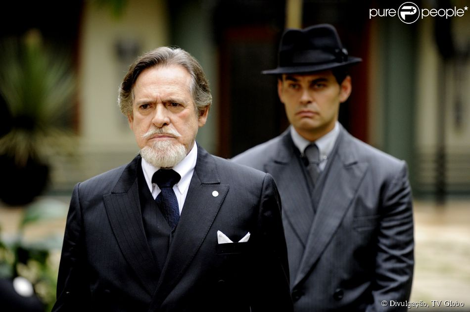 Ernest (José de Abreu) garante ao delegado que foi Manfred (Carmo Dalla Vecchia) quem provocou o acidente de Silvia (Nathalia Dill), em 'Joia Rara', em 3 de fevereiro de 2014