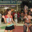Paloma Bernardi mostra para a passista da Grande Rio que também tem samba no pé