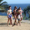 Grazi Massafera aproveitou o dia de sol para ir à praia com os amigos e familiares, em 2 de fevereiro de 2014
