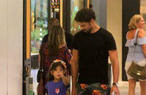 Filha de Cauã Reymond, Sofia aponta para paparazzo em passeio com o pai. Fotos!
